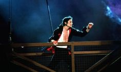 Michael Jackson - Earth Song on stage Michael Jackson Live, Michael Jackson Dangerous, Mike Jackson, Michael Jackson 30th Anniversary, Transport Images, Earth Song, King Of Hearts, Dance Moves, Falling Down