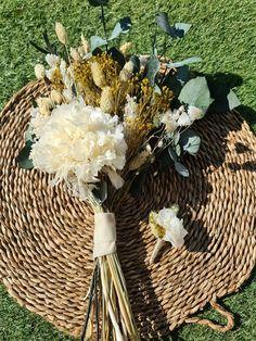 Marzo y vamos a hablar de las hortensias para los ramos de novia | Flores Akita Akita, Table Decorations, Home Decor, Floral Decorations, Vases, Crystal Vase, Design Styles, Pop Of Color, Hydrangeas
