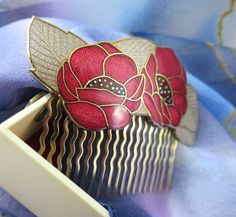 1980s Vintage Enamel Hair Comb - Red / Pink Poppy Design Cloisonné Enamel Hair Slide Signed Fish & Crown  Please note that any boxes / stands are for display purposes only unless otherwise stated.  Description / Style: A gorgeous, cloisonné enamel hair comb, manufactured by Fish & Crown; a company well-known for their high quality enamelled jewellery and accessories. C. 1980's and of an attractive, stylised floral design with pale red and pink vitreous glass enamel sections  Condition: Very…