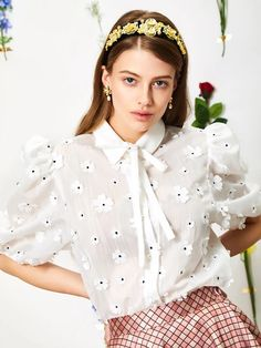 White blouse with flower accents. This top contains ruched sleeves and a white bow at the collar. Simple Outfits, Summer Outfits, Ladylike Style, College Outfits, Blouses For Women, Nice Dresses, Casual, Style Inspiration, Fashion Outfits
