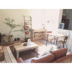 一人暮らしのお部屋はワンルームや1LDKなど、限られた空間で生活の全てを行わなければなりません。生活に必要な家具や好きな雑貨を考えなしに置いたらあっという間に、ごちゃごちゃとまとまりのないお部屋になってしまいます。狭いお部屋でもおしゃれに快適に暮らすために、実際に一人暮らしをしている方のレイアウト画像を参考にしてみましょう。 Small Room Layouts, Small Room Design, Japanese Home Design, Japanese Home Decor, Diy Room Decor, Living Room Decor, Room Interior, Interior Design, Small Apartment Living