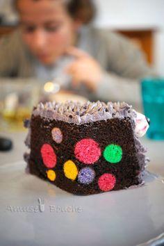 Voici encore un gâteau réalisé pour un de mes neveux. Je souhaitais un gâteau rigolo et affreux à la fois, un peu dans l'esprit halloween car on est au mois d'octobre. J'avais en tête de faire un montre, un extra-terrestre sur une bas de gâteau au chocolat...