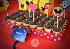 A Mil Folhas adora fazer tim tim por tim tim de cada festa que cria. Ok, o Mickey não é novidade para ninguém, mas o que sempre vemos p... Bunco Party Themes, Mickey Mouse Theme Party, Mickey Mouse Bday, Mickey Mouse Clubhouse Birthday Party, Mickey Mouse Birthday, Mickey Minnie Mouse, Mimi Y Mickey, Twins 1st Birthdays, Tim Tim