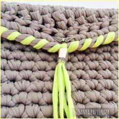 Clutch tipo sobre de trapillo gris y verde lima | Santa Pazienzia ༺✿ƬⱤღ✿༻ Modern Crochet, Love Crochet, Crochet Yarn, Crochet Clutch, Crochet Purses, Crochet Designs, Crochet Patterns, Yarn Bag, Diy Handbag
