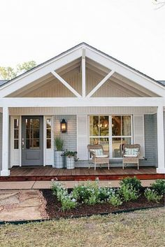 Love the modern country cottage feel of this sweet home exterior. Love the modern country cottage feel of this sweet home exterior. Cottage Exterior, Modern Farmhouse Exterior, Rustic Farmhouse, Bungalow Exterior, Farmhouse Front, Farmhouse Style, Plan Chalet, Veranda Design, Home Exterior Makeover