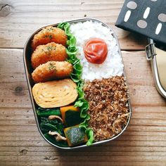 Beautiful traditional bento featuring tamagoyaki, stewed kabocha squash, and rice with a umeboshi on top. Bento Recipes, Healthy Recipes, Japanese Bento Box, Japanese Food, Plats Healthy, Good Food, Yummy Food, Tasty, Aesthetic Food