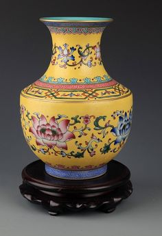 A YELLOW-GROUND FAMILLE-ROSE PORCELAIN JAR. Qing Dynasty, H:7.0 in