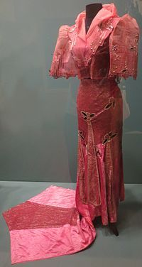Woman's costume from the Philippines, Honolulu Museum of Art - Fashion and clothing in the Philippines - Wikipedia Filipino Fashion, Filipino Girl, Philippines Fashion, Evolution Of Fashion, Chinese Clothing, Western Outfits, Fashion History, Well Dressed, Fashion Show
