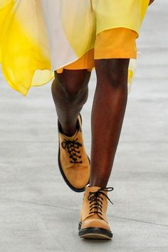 What are the biggest shoe trends for From loafers to boots in summer, to flatforms and thong sandals, these are the 2020 shoe trends you need to know before collating your shoe shopping list. Casual Fashion Trends, Summer Fashion Trends, Fashion 2017, Spring Summer Fashion, Mens Fashion, Fall Shoes, Summer Shoes, Yellow Clothes, Oxford Shoes Outfit