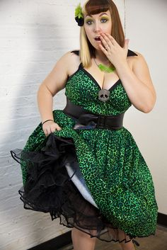 Zerbetron plus-size pinup model: she is ADORABLE and her dress is to die for!