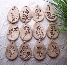 Jarní louka... Clay Art, Hand Carved, Carving, Art Ideas, Rock, Inspiration, Jewelry, Ideas, Lawn And Garden