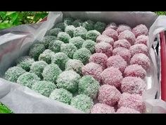 Klepon is an Indonesian sweet snack made out of sticky rice flour (glutinous rice flour), gula jawa (Javanese sugar), coconut and natural colours: pandan ext. Quick Healthy Meals, Healthy Recipes, Glutinous Rice Flour, Malay Food, Rice Balls, Indonesian Food, Vegan Baking, Mochi, Asian Recipes