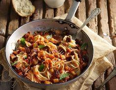 Σπαγγέτι αλά Νόρμα από τον Άκη. Υπέροχα σπαγγέτι αλά νόρμα σε μια συνταγή που θα ευχαριστηθούν όλοι! Σερβίρετε με κουκουνάρι καβουρδισμένο.