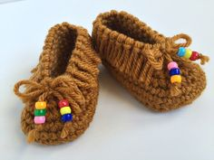 Crochet Baby Booties crochet baby moccasins - Are you good with a need? Can you whip up a scarf with ease or crochet a blanket in no time? Well, if you have a little bundle of joy on the way, you may Crochet Baby Blanket Beginner, Quick Crochet, Crochet For Kids, Crochet Yarn, Baby Knitting, Free Crochet, Crochet Crafts, Crochet Baby Booties, Crochet Shoes