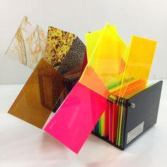 Mostruário de chapas acrílicas especiais Sinteglas / #acrylic #acrilico #pmma #sinteglas #neon #sparkle #glitter #biju #acessorios #cores