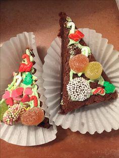 Christmas Tree Brownie. Decorated and loaded with sugar... lots of sugar! Brownie con forma de Árbol de Navidad. Decorado y con azúcar... mucho azúcar!