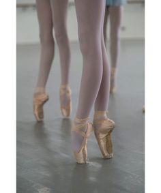 Just dreaming of being a ballerina-en pointe - Elektra Z. Ballet Images, Ballet Pictures, Dance Pictures, Ballerina Photography, Dance Photography, Ballet Feet, Ballet Dancers, Ballerinas, La Bayadere
