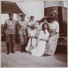 Grã-duquesa Tatiana, Lady Anna Vyrubova, Grã-duquesa Olga, Czarina Alexandra e sua filha Grã-duquesa Marie com três oficiais, a bordo do Standart. Em 1911.