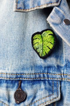 Monstera leaf brooch, embroidery by Alicia Sivertsson. Diy Embroidery Patterns, Hand Embroidery Videos, Embroidery Works, Embroidery Motifs, Creative Embroidery, Shirt Embroidery, Embroidery Patches, Pin And Patches, Brooches Handmade
