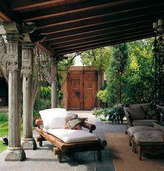 Terrasse couvert au mobilier design en bois massif