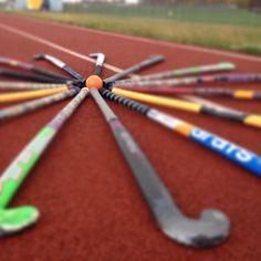 Je joue au hockey sur gazon à Moravian Academy.  Je suis un défenseur sur le terrain.  Je choisis cette image parce que le beau agencement des bâtons.