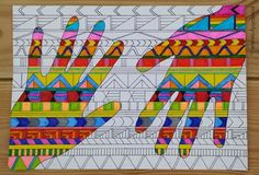 Handen met patronen: eerst een patroon getekend op een blad en dan de plaatsen waar je hand is kleuren