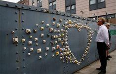 Ame sua rua Arte interativa, acontecendo & da rua Arte reciclada Reciclando o papel & os livros