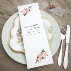 Festprogram och placeringskort Dahlia hörn. Tryckt på cremefärgat papper. linsnöre i ryggen. #bröllopsinspo #dukning #festprogram #bröllop #bröllopsfest #placeringskort #namnkort #dahlia #vintage #bröllopsinspiration #menyprogram #dukningbröllop