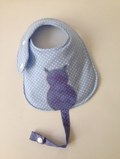Baby Bib with Pacifier Holder - Made of cotton fabric - With . Baby Bib with Pacifier Holder - Made of cotton fabric - With . Baby Bibs Patterns, Sewing Patterns For Kids, Fleece Crafts, Baby Crafts, Bib Pattern, Wallet Pattern, Baby Sewing Projects, Sewing Crafts, Baby Couture