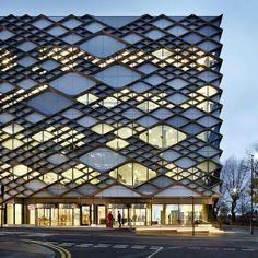 A fachada de hoje é da Universidade de Sheffield  toda tecnológica e com…