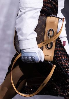 Louis Vuitton at Paris Fashion Week Fall 2020 - Details Runway Photos Vuitton Bag, Louis Vuitton Handbags, Louis Vuitton Monogram, New Handbags, Fashion Handbags, Women's Runway Fashion, Paris Fashion, Fashion 2020, Fall Fashion