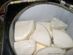 Αποθήκευση σπιτικής φέτας σε τυρόγαλα | SheBlogs.eu How To Make Cheese, Food To Make, Making Cheese, Cheese Recipes, Cooking Recipes, Yogurt, Greek Appetizers, Greek Cooking, Homemade Cheese