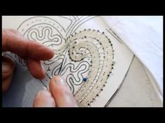 Bobbin lace - How to read a pattern Dita, Lace Art, Lacemaking, Lace Patterns, Bobbin Lace, Tatting, Arts And Crafts, Scrapbook, Embroidery