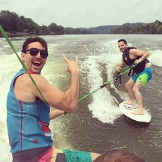 Jake Owen teaching a fan how to wakesurf! #jakeowen #boatlife #reallife #lxpolarizedoptics #dakota #wakesurf #wakesurfer #wakesurfing