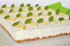 Könnyed, üdítő nyári desszert sütés nélkül.    Hozzávalók 25 x 35 cm-es formához    Az alaphoz  30 dkg kekszmorzsa (itt zabkeksz)  1...