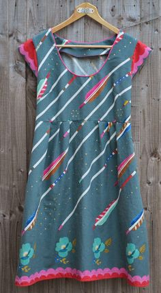 To say I am in love with Washi Dress is an understatement! I bought 1 metre of Melody Miller arrows from The Village Haberdasher y t. Clothes Crafts, Sewing Clothes, Clothing Patterns, Sewing Patterns, Washi Dress, Arrow Fabric, Cross Quilt, Visible Mending, Fabric Roses