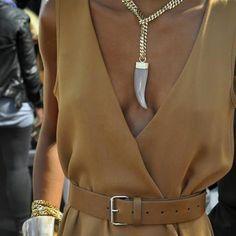 Клык, цепь и внушительный ремень на талии не то, что ищу я, такой вырез для платья мне нравится.