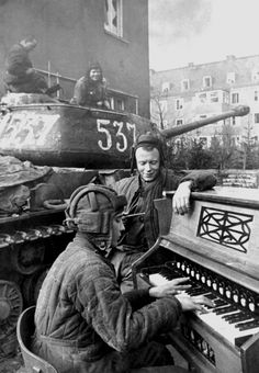 A Soviet heavy tank crew takes a break during the battle of the besieged city of Breslau, Germany , [[MORE]] Join us over at /r/Tankporn for historical photos, general and in-depth. World History, World War Ii, Old Pictures, Old Photos, Foto Transfer, Army Soldier, Red Army, Panzer, Military History