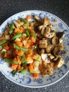 Lehci a rychly obed. Sacek mrazene zeleniny a tri cersve vetsi zampiony na masle kminu. Vse osmahnute za par minutek. Dochutit se to da vegetou nebo spetkou soli.