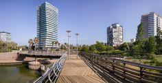 Edificios Illa de la Llum e Illa de Mar desde el Parc de Diagonal Mar de Barcelona.