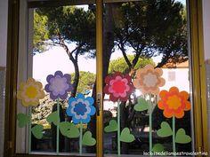 46 Creative Spring Window Decoration Ideas - Have Fun Decor Classroom Window Decorations, School Decorations, Paper Decorations, Classroom Decor, Summer Crafts, Diy And Crafts, Crafts For Kids, Flower Window, Flower Crafts