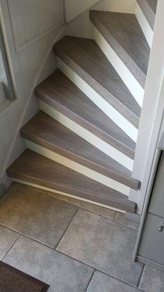 Graniet geborstelde trap renovatie graniet met witte stootborden en led - Witte trap grijs ...