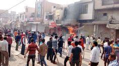 Des habitations, des gares et des magasins ont été incendiés par les manifestants des « basses » castes, qui protestent contre les discriminations dont ils sont victimes.