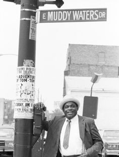 Bassist Willie Dixon poses for a portrait on Muddy Waters Drive in June 1989 in the Southside of Chicago, Illinois. Willie Dixon, Buddy Guy, Outlaw Country, Blues Music, Jazz Blues, Muddy Waters, Boogie Woogie, Blues Artists, Music Images