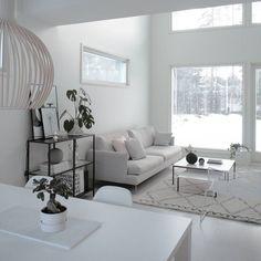 Olohuone täynnä valoa ja ihanan suuri huonekorkeus