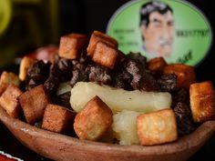 Carne de sol com macaxeira e cubos de queijo coalho, no Neto's Bar.