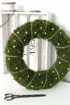 100 Creative Christmas Decor for Small Apartment Ideas Which Are Merry & Bright - Hike n Dip Even if you have a small Apartment, you can decorate it for Christmas. Here are Christmas Decor for Small Apartment ideas, that are cheap & budget friendly Wooden Pallet Christmas Tree, Slim Christmas Tree, Alternative Christmas Tree, Noel Christmas, Christmas Candle Decorations, Christmas Candles, Christmas Tablescapes, Xmas Wreaths, Decoration Inspiration