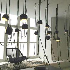 Luminária AIM, da Flos. Design de Ronan e Erwan Bouroullec. #design #luminárias #formas #lamps #shapes #iluminação #lighting #lightingdesign #lamp #interior #interiores #artes #arts #art #arte #decor #decoração #architecturelover #architecture #arquitetura #projetocompartilhar #davidguerra #shareproject #luminariaaim #aimlamp #ronananderwanbouroullec