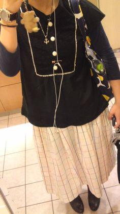 黒の半袖のカットソーに紺の七分袖、白地に黄色赤青緑の細いチェックのロングスカート。ちょっと意味わからん感じ  *10