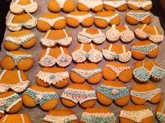 Min mormor var en fantastisk kul dame, og ville helt sikkert satt pris på peppperkaker i fine former som disse. Hun var så heldig å haen kreativ og humoristisk arkitekt-mann som forsynte familie og venner medmarsipanpupper og -torsoer med godt plassert sjokoladepynt hver jul... Foto: Helgorias Hage. Christmas Manger, Christmas Diy, Christmas Decorations, Marzipan, Gingerbread, Appreciation, Shapes, Creative, Yum Yum